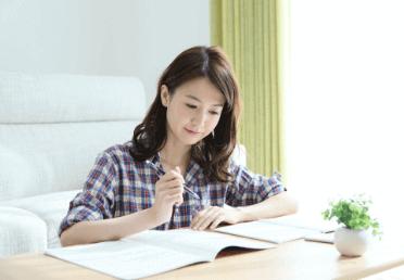 自宅で学習する女性